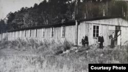 Один из бараков лагеря после окончания Второй мировой войны