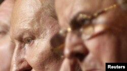 Бывшие президенты Украины Леонид Кучма (слева) и Леонид Кравчук слушают выступление Виктора Януковича.