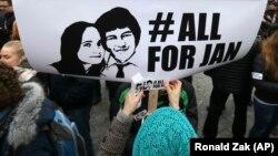 Një protestuese duke mbajtur një poster në marshin e mbajtur dje në Bratislavë.