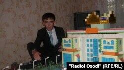 """Сиёвуш Саидов бо макети """"Қасри миллии тоҷикон"""""""