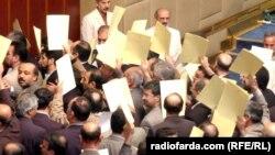 صحنهای از استعفای دهها نماینده مجلس ششم. عکسها از حسن سربخشیان