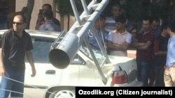 Упавший в результате аварии трамвая столб повредил автомобиль в Самарканде.