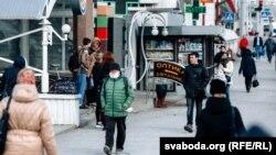 Люди в масках в Витебске, Беларусь. 31 марта 2020 года.