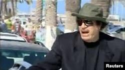 Каддафи перед телекамерами приветствует жителей Триполи. 14 апреля 2011 г.
