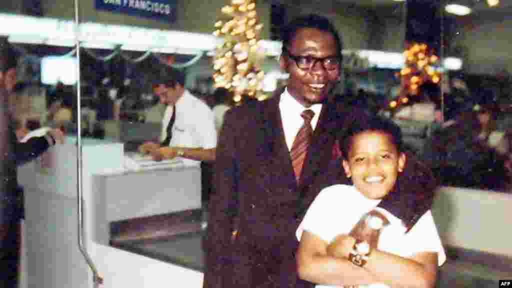 Барак Обама в підліткові роки зі своїм батьком-кенійцем на Гаваях, 1972 рік