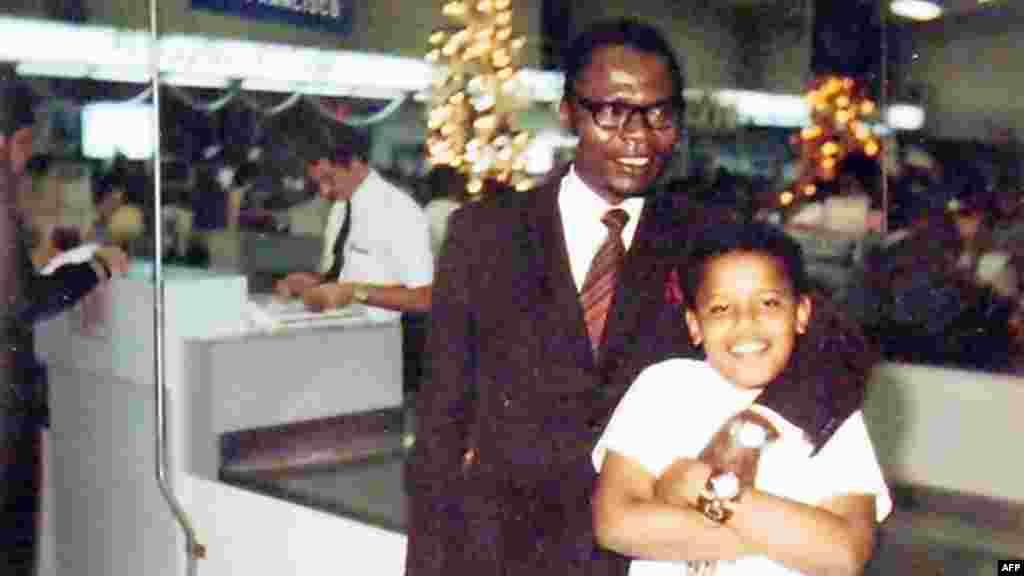 باراک اوباما، رئیس جمهوری پیشین آمریکا، به همراه پدر کنیاییاش در هاوایی. سال ۱۹۷۲