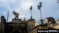 Вместо каменных пролетов – ограждения из досок: «реконструкция» Митридатской лестницы (фоторепортаж)