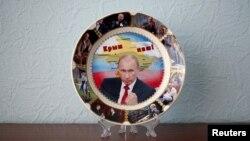 """Suvenir sa likom Vladimira Putina koji poručuje """"Krim je naš"""""""