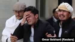 Disa njerëz duke qarë pas sulmit të së premtes në Kabul.