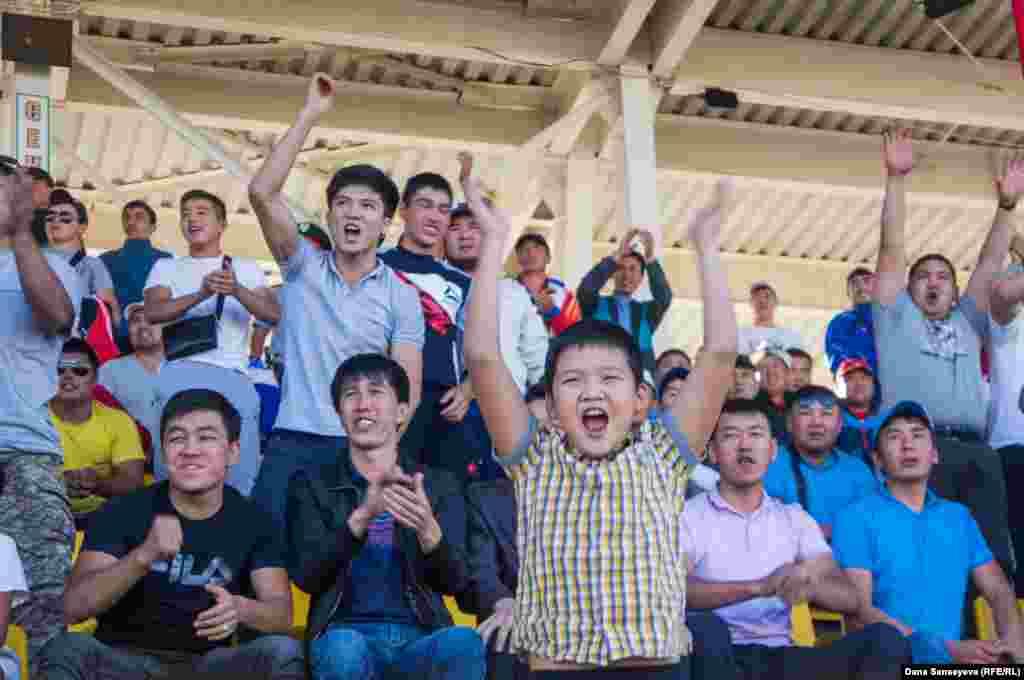 Кыргызские болельщики ликуют после того, как их команда открыла счет в игре (в итоге сборная выиграла со счетом 4:0).