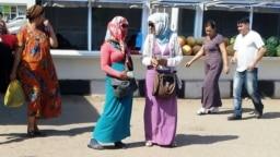 Gara bazarda dollar söwdasy bilen meşgullanýan aýal-gyzlar. Türkmenistan