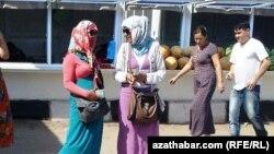 Türkmenistanda dollaryň gara bazar söwdagärleri.