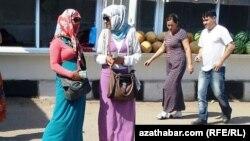 Türkmenistanyň bazarlarynyň birinde dollar satýan we satyn alýan söwdagärler.