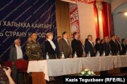 Участники собрания демократических сил Казахстана почтили минутой молчания память жертв политических репрессий. Алматы, 31 мая 2014 года.