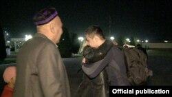 При возвращении Ботиржона Ибрагимова встретили его родители. Фото пресс-службы УВД Ферганской области.
