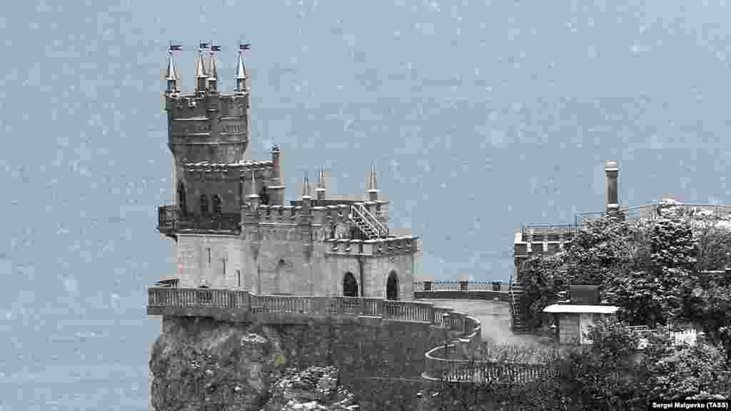 Пам'ятник архітектури «Ластівчине гніздо», розташований на Аврориній скелі мису Ай-Тодор у селищі Гаспра, засипало снігом