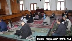 Прихожане буддийского храма во время богослужения. Алматы, апрель 2013 года.