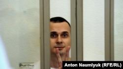 Украинский режиссер Олег Сенцов в зале суда.