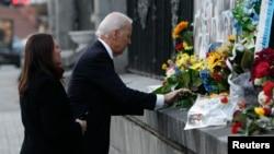 Віце-президент США Джо Байден покладає квіти на місці загибелі Героїв Небесної сотні, Київ, 21 листопада 2014 року