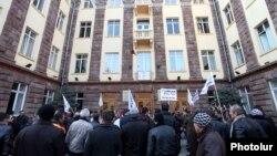 Երկաթուղայինների բողոքի ցույցը «Հարավկովկասյան երկաթուղու» վարչական շենքի դիմաց, 10-ը փետրվարի, 2014թ․