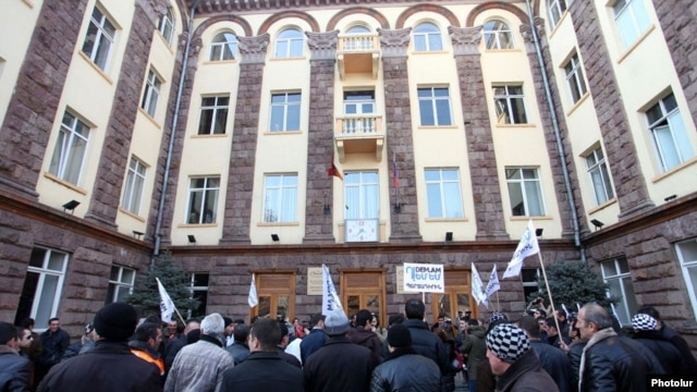 Armenia - Railway workers protest against pension reform outside their company's headquarters in Yerevan, 10Feb2014.