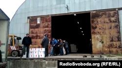 Скріншот з аматорського відео юриста Анатолія Будника: затримання горіхів на митному посту у Вінницькій області