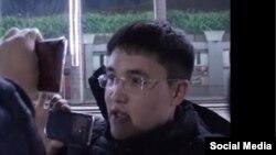 Элмырза Давыдов жол сакчысынын күбөлүгүн текшерип жаткан учуру. Сүрөт видеодон кесилип алынды.