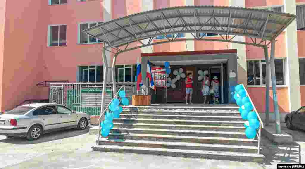 В Симферополе перед входом на избирательный участок в космическом лицее №41 крутили хип-хоп о «великой России»