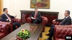 Архивска фотографија: Претседателот Ѓорге Иванов, премиерот Никола Груевски и претседателот на Собранието Трајко Вељаноски во кабинетот на Претседателот.
