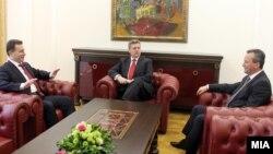 Претседателот Ѓорге Иванов, премиерот Никола Груевски и претседателот на Собранието Трајко Вељаноски во кабинетот на Претседателот дискутираат за пресудата во Хаг.
