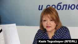 Адвокат Айман Омарова Арсен Ақылбаевтың соңғы хатын көрсетіп отыр. Алматы, 3 желтоқсан 2015 жыл.