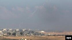 Дим від ракети, яку запустили в бік південної частини Ізраїлю палестинські бойовики у день припинення триденного перемир'я, 8 серпня 2014 року