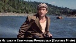 Владимир Высоцкий на реке Мане во время съемок фильма «Хозяин тайги»