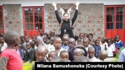 Священник Сергій з місцевими дітьми в селищі