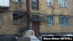Дымоходная труба, проведенная из подвала многоэтажного жилого дома в Шахане. Карагандинская область, 10 января 2017 года.