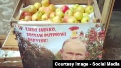 Алма қорабына Ресейдің эмбаргосына наразылық жазылған. Польша.