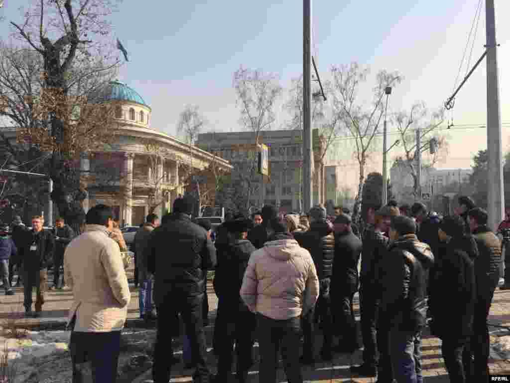 Собравшиеся у офиса партии в Алматы.