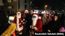 بازار عکس گرفتن با بابانوئل در ناحیۀ مسیحی نشین تهران