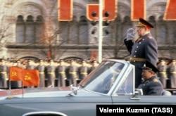 Милитаризация сознания была частью советской идеологии. Маршал Советского союза Дмитрий Устинов принимает парад на Красной площади, 1980 год