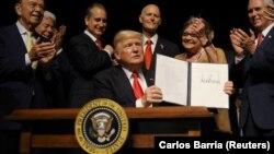 ԱՄՆ նախագահ Դոնալդ Թրամփը Մայամիում հանդիպման ժամանակ ցույց է տալիս Կուբայի հետ հարաբերությունների վերաբերյալ իր ստորագրած նոր հրամանագիրը, 16-ը հունիսի, 2017թ․