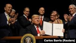 Дональд Трамп выступает в Майами (16 июня 2017 г.)