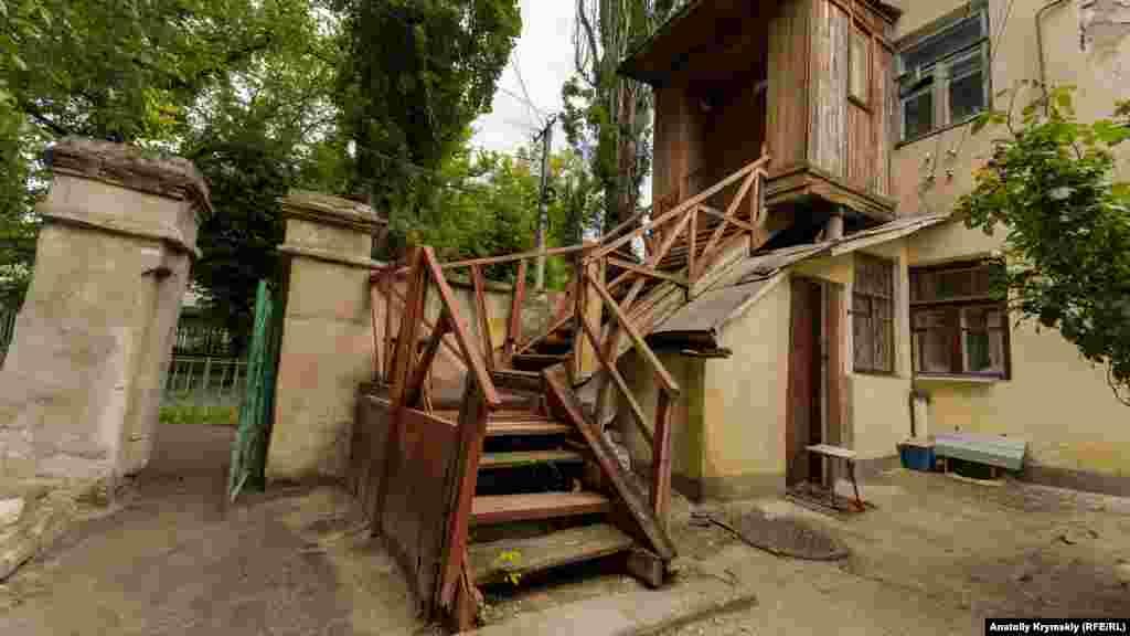 Дерев'яний ганок у старому житловому будинку по сусідству