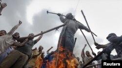 کراچۍ: د ایم کیو ایم ملاتړي د احتجاج پر مهال د ذوالفقار مرزا ګوډاګی سوزوزي. د ۲۰۱۱ز کال د جولای ۱۴ مه.