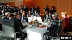 (Left to right:) Spanish Prime Minister Mariano Rajoy, British Prime Minister Theresa May, Italian Prime Minister Matteo Renzi, U.S. President Barack Obama, French President Francois Hollande, and German Chancellor Angela Merkel meet in Berlin on November 18.