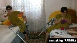 Зита (сол жақта) мен Гита бөлмелерінде отыр. Қырғызстан, 30 тамыз 2012 жыл.