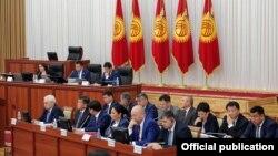 Қырғызстан парламентінің премьер-министр Сооронбай Жээнбеков қатысқан жиыны. Бішкек, 9 қараша 2016 жыл.
