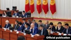 Члены правительства на заседании парламента Кыргызстана. Бишкек, 9 ноября 2016 года.