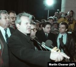 'Ja sam rekao Predsjedništvu: prvo, Milošević (na fotografiji pred okupljenima 1989) i rukovodstvo Srbije su odbili naš zahtjev, a ono je organizovalo miting; drugo, milionski je skup; treće, savezna policija ne može da kontroliše situaciju.'