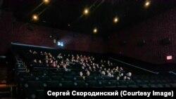 """Полупустой зал в кинотеатре в Брайтоне на показе фильма """"Т-34"""". Фото Сергея Скородинского"""