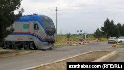 Поезд проходит через город Рухабад.